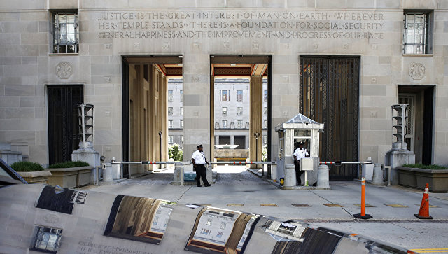 Сотрудники службы безопасности перед зданием Министерства Юстиции США. Архивное фото