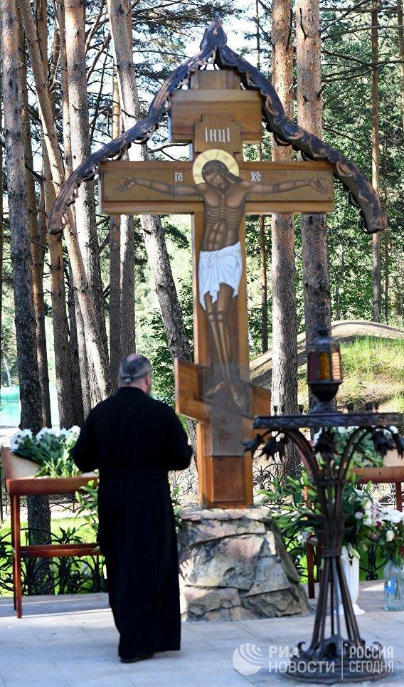 Поминальный крест у Алапаевской шахты, куда были сброшены члены Дома Романовых и близкие к ним люди