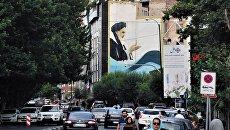 Автомобильное движение на улице Бахонара в Тегеране. Архивное фото