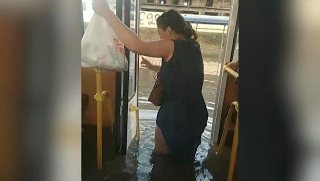 Вплавь на автобусе: Краснодар затопило после ливня