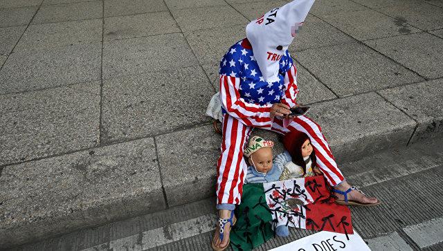 Участница акции протеста против миграционной политики США. Архивное фото