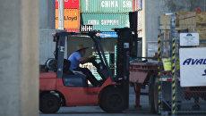 Грузовые контейнеры с китайскими товарами в порту Лонг Бич, Калифорния