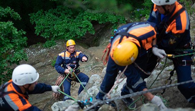 Сотрудники аварийно-спасательной службы во время учений по горно-лесной подготовке