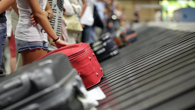 Туристы с чемоданами. Архивное фото
