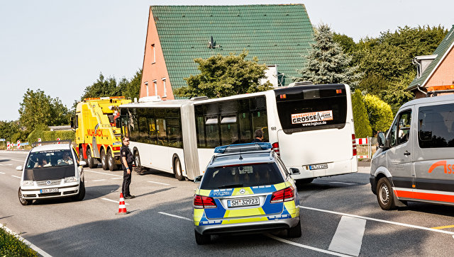 Автобус, в котором мужчина с ножом напал на пассажиров в пригороде Любека, Германия. 20 июля 2018