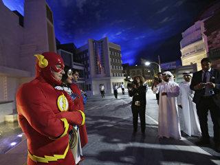 Персонажи комиксов Flash, Wonder Woman и Superman около представительства Warner Bros. World в Абу-Даби, ОАЭ,  во время презентации открывающегося в июле парка развлечений. 18 апреля 2018