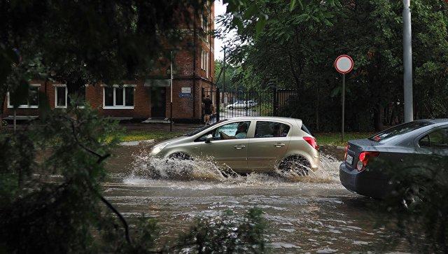 Автотранспорт на затопленной в результате осадков улице Краснодара. 22 июля 2018