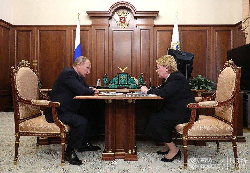 Владимир Путин и министр здравоохранения РФ Вероника Скворцова во время встречи. 23 июля 2018