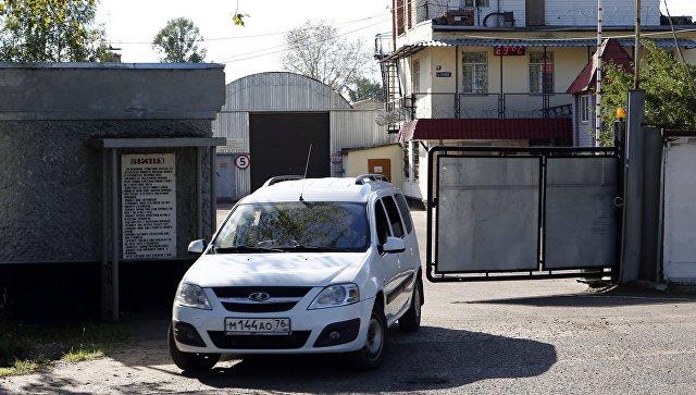 Автомобиль выезжает из ворот контрольно-пропускного пункта исправительной колонии №1 в Ярославле
