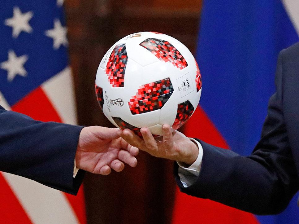 """В мяче, подаренном Путиным Трампу, нашли """"жучок"""""""