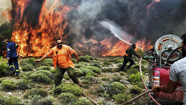 Пожарные и волонтеры пытаются потушить лесной пожар в Греции. Архивное фото