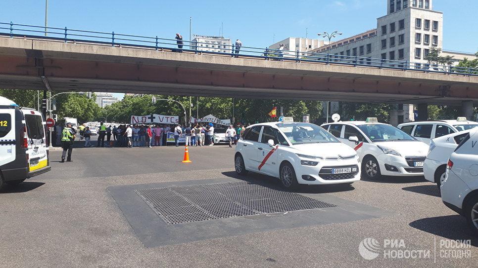 Бастующие против Uber мадридские таксисты
