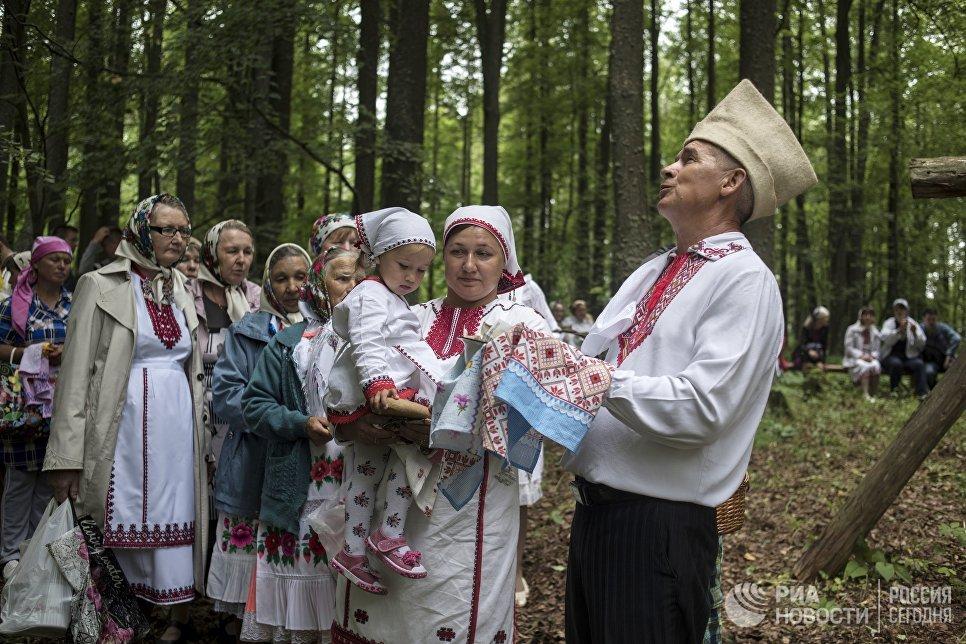 Жители села Шоруньжа приносят дары богу Ош Куго-Юмо к священному дереву (онапу) на празднике Сярем.