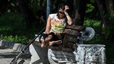 Девушка отдыхает в парке. Архивное фото