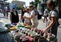 Посетители у прилавка с валяной обувью на фестивале Многонациональная Россия в Москве
