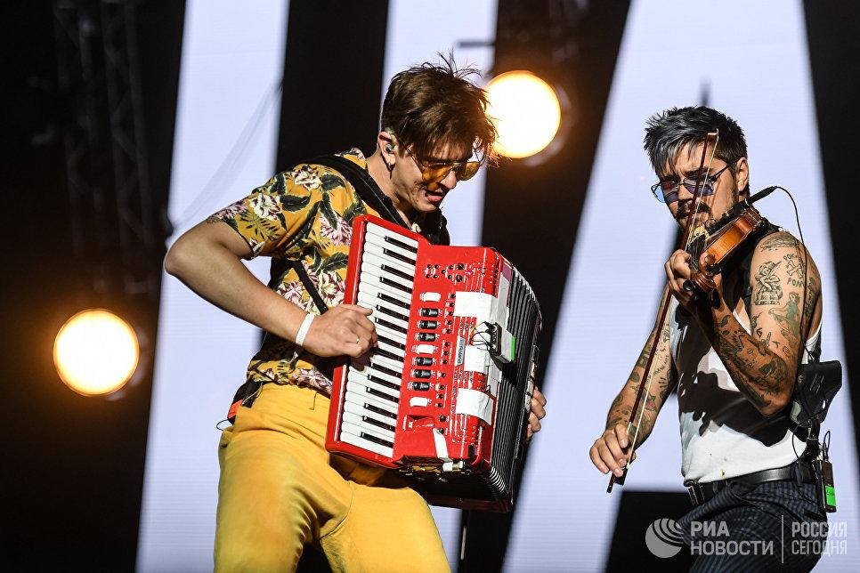Участники группы The Hatters выступают на закрытии фестиваля Нашествие в поселке Большое Завидово в Тверской области
