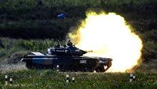 Танк команды армии России во время стрельбы в полуфинальной эстафете на соревнованиях по танковому биатлону Армейских международных Игр-2018 на подмосковном полигоне Алабино.