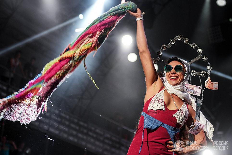 Участница группы The Hatters выступает на закрытии фестиваля Нашествие в поселке Большое Завидово в Тверской области