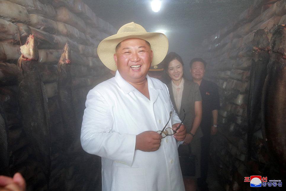 Лидер Северной Кореи Ким Чен Ын на предприятии по разведению сомов