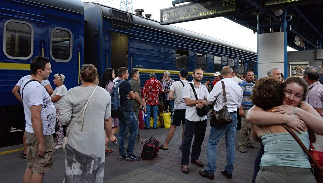 Провожающие и пассажиры у поезда Киев - Москва на ж/д вокзале в Киеве
