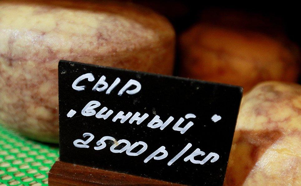 Сыр «Винный» на полках магазина при ферме Джея Роберта Клоуза в Московской области, деревня Мошницы.