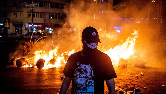 Участник акции протеста против действующего правительства в Бухаресте, Румыния. 10 августа 2018