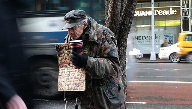 Нищий просит пожертвования в Нью-Йорке. Архивное фото