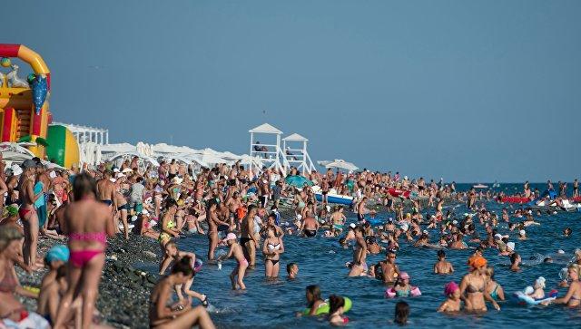 Отдыхающие на пляже в Сочи