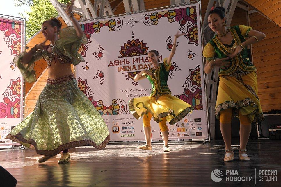Артисты выступают на фестивале индийской культуры, посвященном Дню независимости Индии, в парке Сокольники в Москве