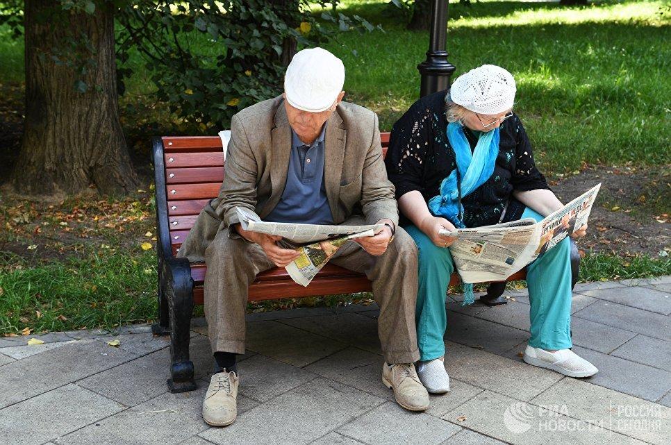 Пожилая пара в Грачевском парке
