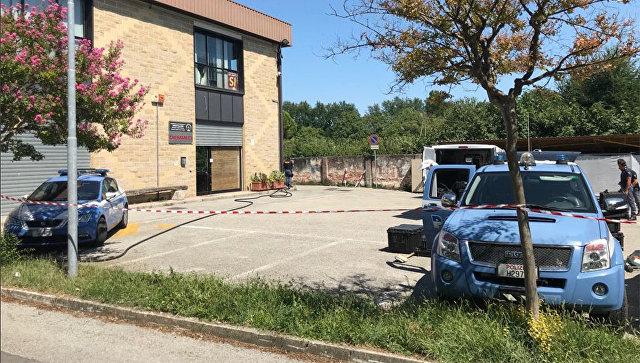 Автомобили спецслужб на месте взрыва у отделения партии Лига в городе Виллорба