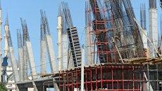 Рабочие армируют каркас здания торгово-развлекательного центра Грозный молл в Грозном