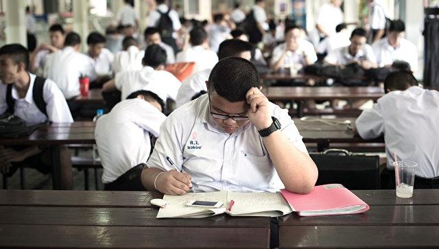 СМИ: школьникам и студентам в Таиланде запретили обниматься и целоваться