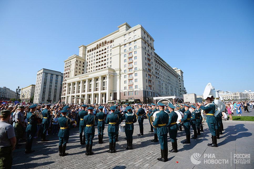 Выступление оркестра у памятника маршалу Георгию Жукову на Манежной площади в Москве в рамках программы Военные оркестры в парках
