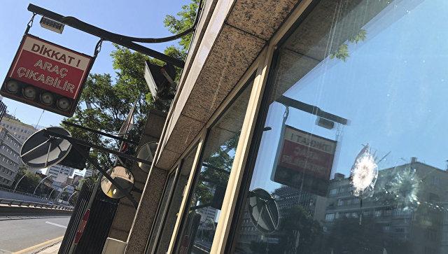 Поврежденная будка для полицейских, охраняющие американское посольство в Анкаре. 20 августа 2018