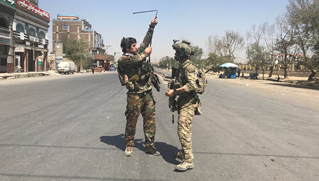 Афганские силы безопасности на месте ракетного обстрела в Кабуле, Афганистан. 21 августа 2018