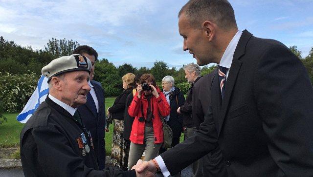 Президент Исландии Гвюдни Йоуханнессон (справа) приветствует ветерана Арктических конвоев из Шотландии Джека Петерсона