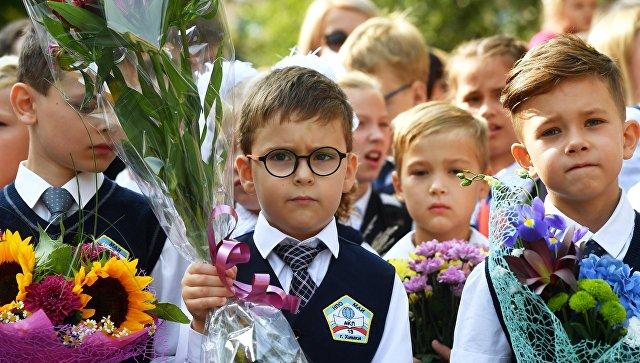 Ученики Аэрокосмического лицея №13 города Химки во время торжественной линейки, посвященной Дню знаний