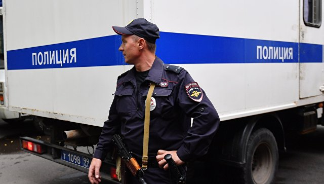 Полицейский у служебного автомобиля. Архивное фото