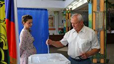 Избиратель в единый день голосования на избирательном участке. Архивное фото