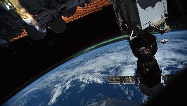 Российский космический корабль Союз на фоне Земли. Архивное фото