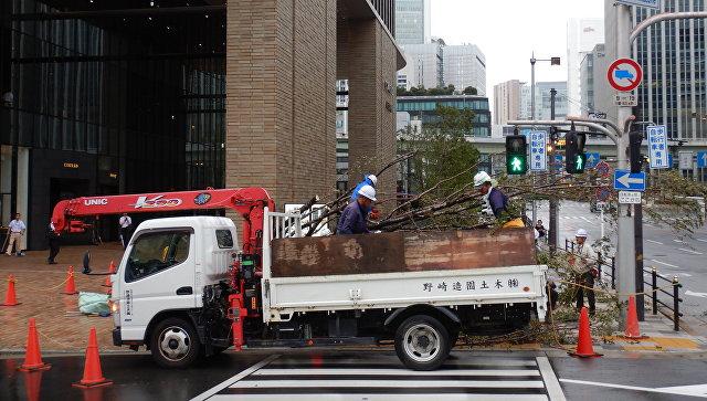 Ликвидация последствий тайфуна Джеби в Осаке, Япония. 4 сентября 2018