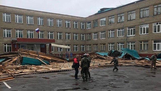 Сорванная тайфуном школьная кровля в городе Советская Гавань, Хабаровский край