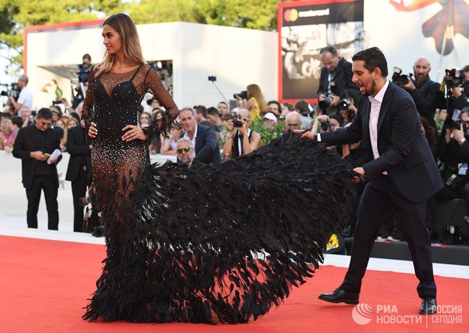 Итальянская телеведущая Мелисса Сатта на красной дорожке премьеры фильма Рома (Roma) в рамках 75-го Венецианского кинофестиваля