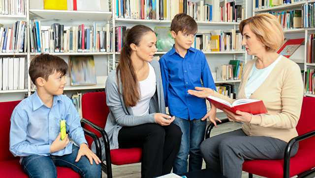 Мама с детьми общаются с учителем