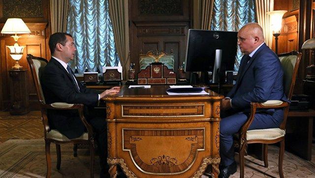 Дмитрий Медведев и временно исполняющий обязанности губернатора Кемеровской области Сергей Цивилев во время встречи. 7 сентября 2018