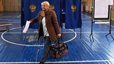 Избирательница голосует на своем избирательном участке. Архивное фото