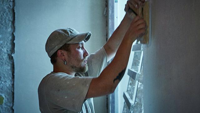 Рабочий во время реставрации