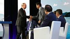 Президент РФ Владимир Путин и премьер-министр Японии Синдзо Абэ на пленарном заседании Дальний Восток: расширяя границы возможностей ВЭФ-2018. 12 сентября 2018