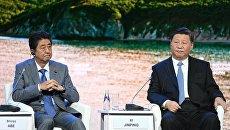Премьер-министр Японии Синдзо Абэ и председатель КНР Си Цзиньпин на пленарном заседании Дальний Восток: расширяя границы возможностей в рамках IV Восточного экономического форума